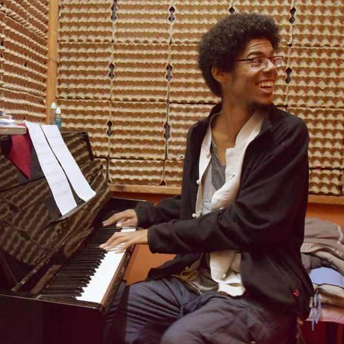 Learn the piano with Daahoud and Kayla